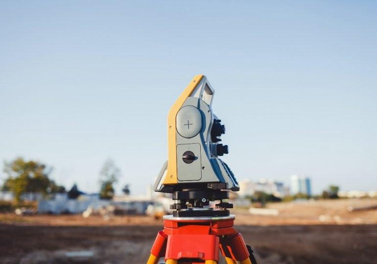 Niwelacja terenu - jaki sprzęt będzie potrzebny?