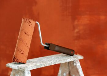 W jaki sposób odtłuszczać ściany przed malowaniem?